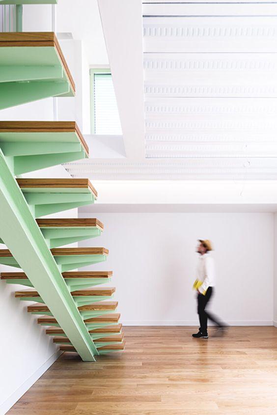 Escada como elemento de destaque na cor do ano.