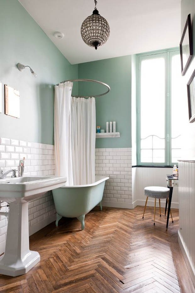 Banheiro com pintura na cor do ano