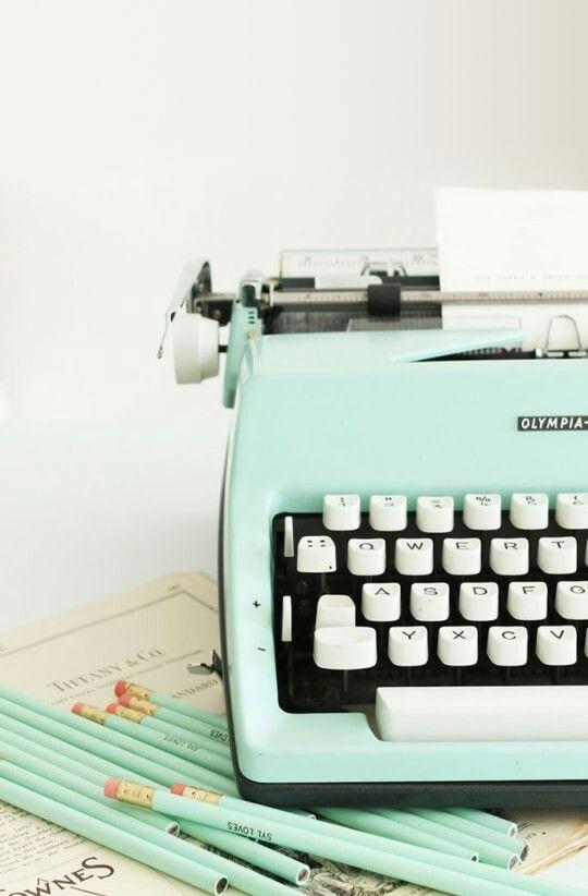 Maquina de Escrever como peça decorativa na cor do ano 2020.